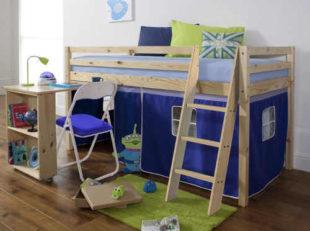 Dřevěná vyvýšená dětská postel se stolem a domečkem