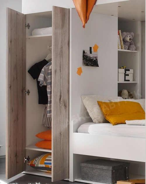 Šatní skříň v dětské patrové posteli