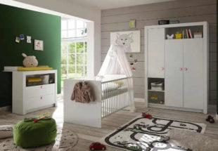 Bílý dětský pokojíček s postýlkou pro miminko