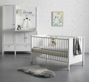 Bílý pokoj pro miminka s přebalovacím pultem
