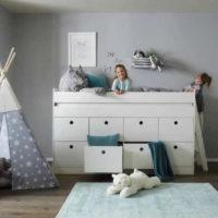 Vysoká postel se žebříkem a úložným prostorem