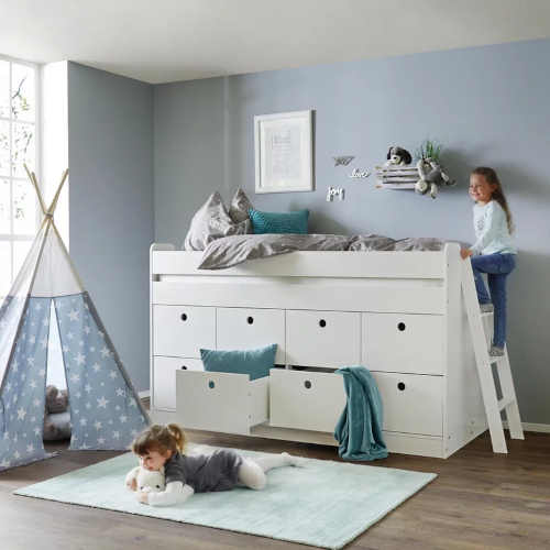 bílá vyvýšená postel s dostatkem úložného místa