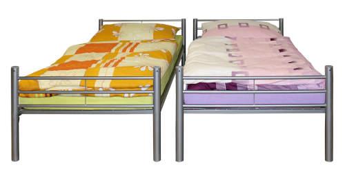 Patrovou postel lze snadno rozložit na dvě samostatné kovové postele